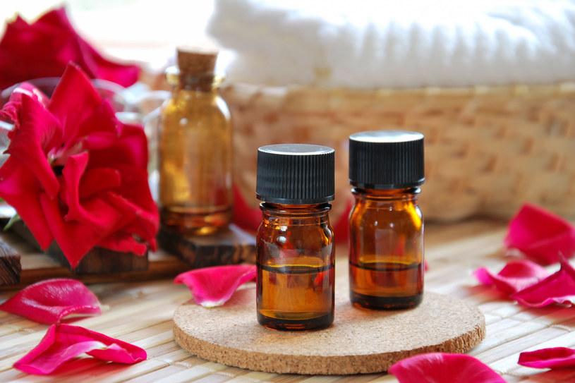 Warto mieć w domu olejki eteryczne. Kilka kropli może kompletnie odmienić zapach mieszkania /123RF/PICSEL