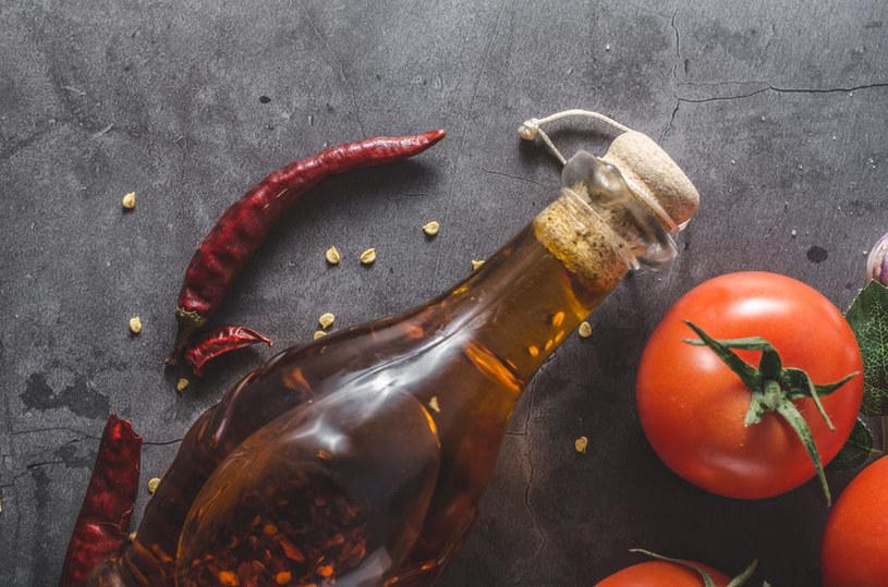 Warto mieć w swojej kuchni olej z chilli /123RF/PICSEL