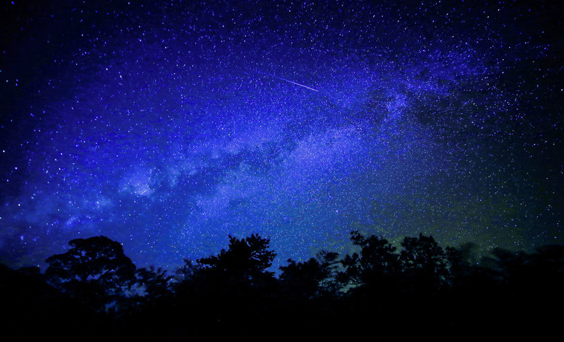 Warto obserwować niebo - będziemy mogli zobaczyć rój meteorów - Lirydów /123RF/PICSEL