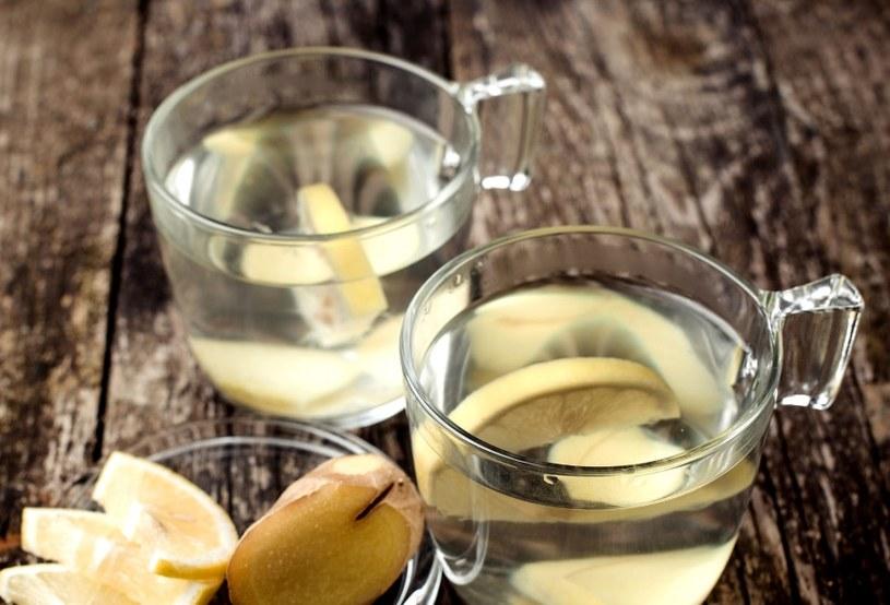 Warto pić wodę i herbatę z dodatkiem imbiru /123RF/PICSEL