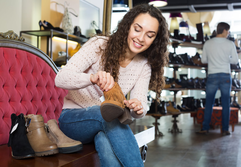 Warto pomyśleć o zakupie wygodnych butów na jesień /123RF/PICSEL