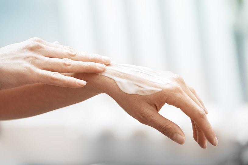 Warto przed dokonaniem zakupu dokładnie przyjrzeć się etykietom kosmetyków! /123RF/PICSEL
