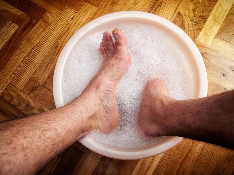 Warto rozciągać, rozgrzewać, moczyć i masować stopy. W aptece możesz kupić specjalne kulki do masażu o rozmaitej fakturze. Te, które przypominają jeża, są najlepsze /123RF/PICSEL