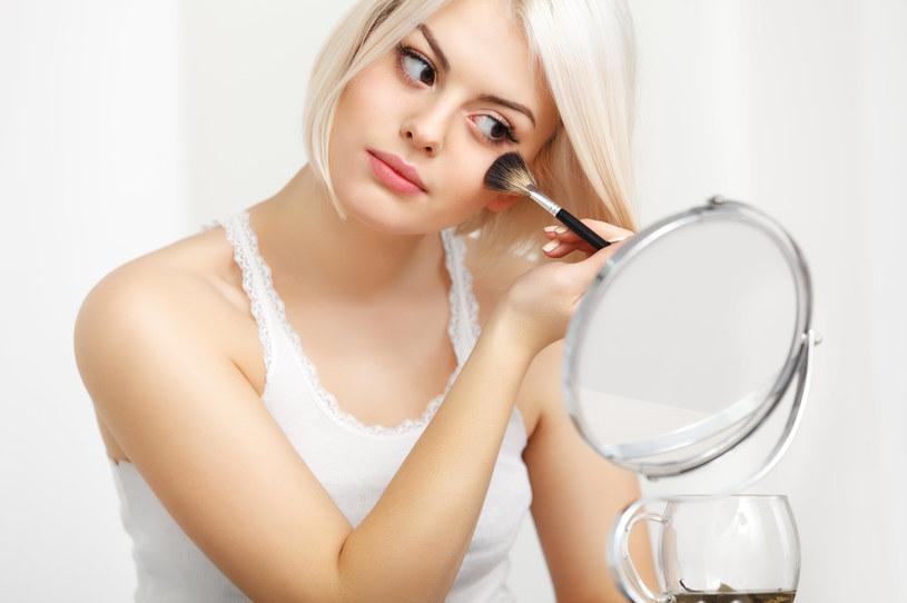 Warto skupić się na pudrach, które rozświetlają skórę, dodają naturalnego blasku i świeżości /123RF/PICSEL