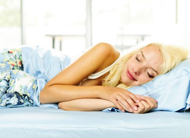 Warto spać przy otwartym oknie, więc jeśli tylko pogoda na to pozwala, korzystaj! /123RF/PICSEL