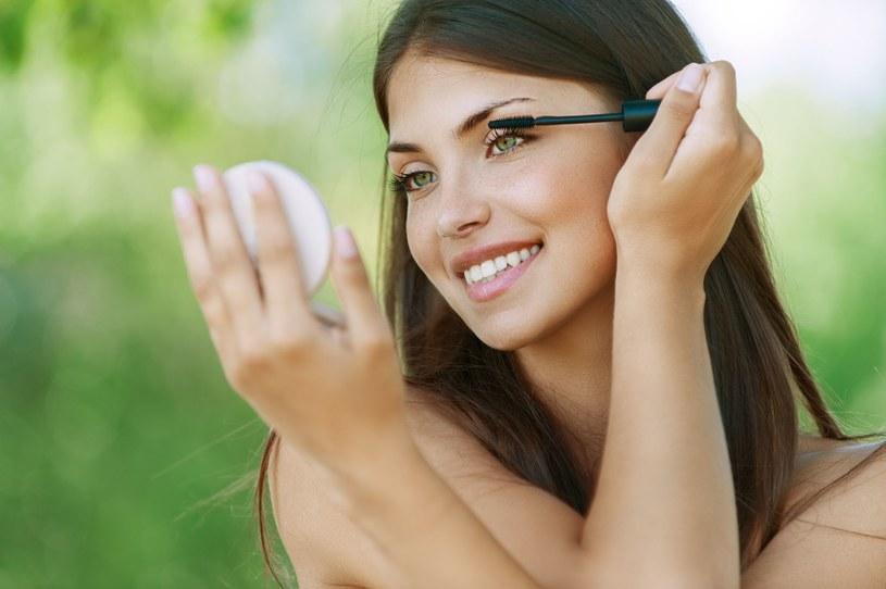 Warto też musnąć kości policzkowe rozświetlaczem, by twarz wyglądała naturalnie i świeżo /123RF/PICSEL