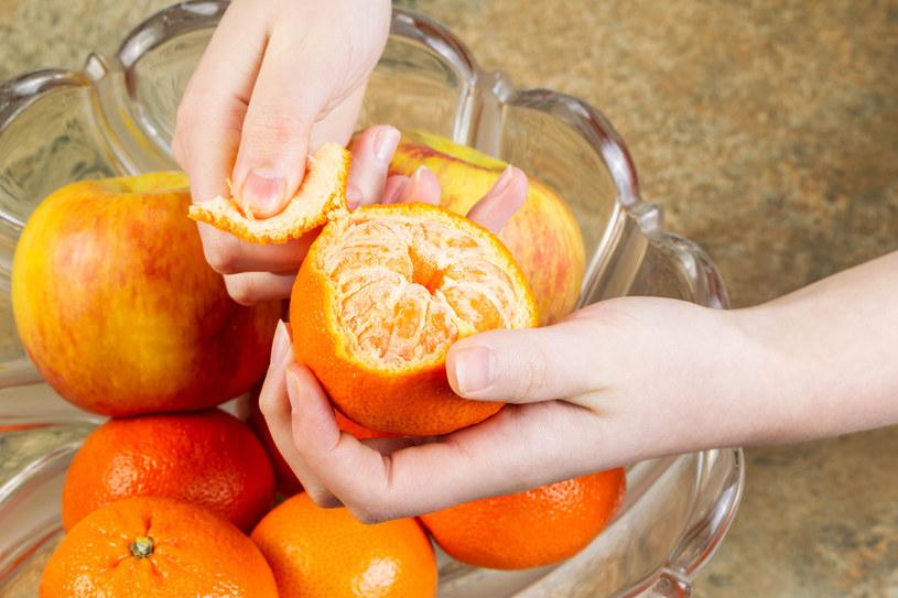 Warto też zostawić białą błonę pomarańczy czy grejpfruta, ponieważ w niej także znajduje się wiele substancji odżywczych /123RF/PICSEL