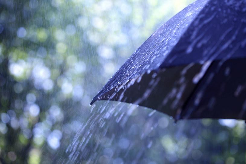 Warto trzymać w pogotowiu parasol /123RF/PICSEL