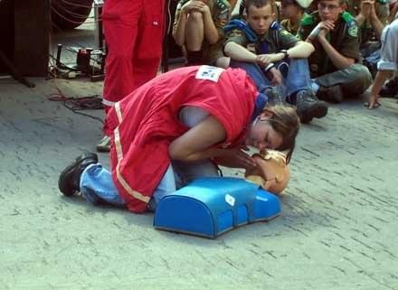 Warto udać się na kurs pierwszej pomocy, by wiedzieć, jak nie zaszkodzić, fot. Tomek Piekarski /MWMedia