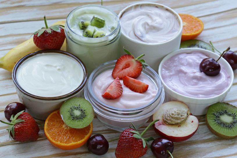 Warto uruchomić wyobraźnię i na bazie jogurtu naturalnego i ulubionych owoców wyczarować coś pysznego i zdrowego jednocześnie /123RF/PICSEL