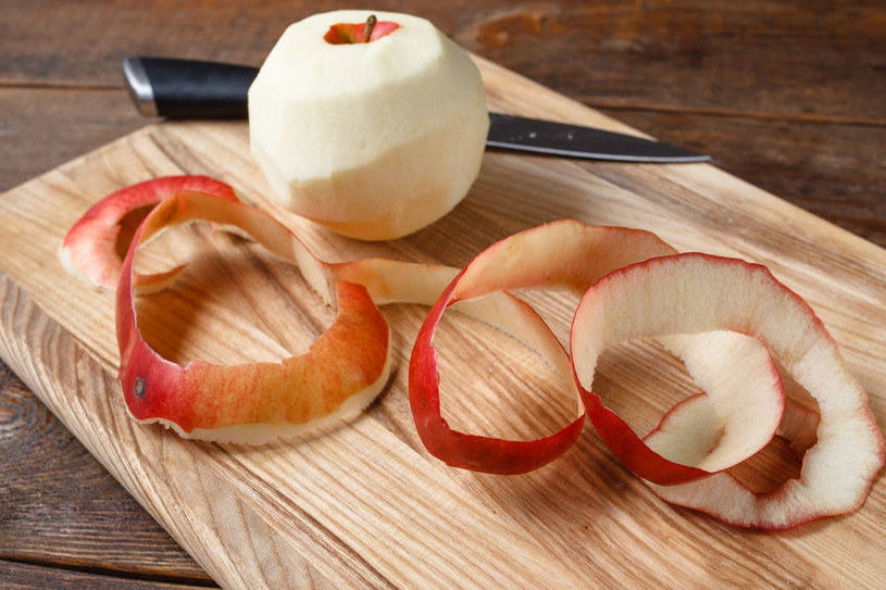 Warto ususzyć cenne skórki z jabłek /123RF/PICSEL