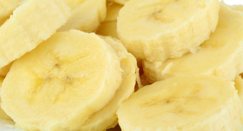 Warto włączyć do diety banana /123RF/PICSEL