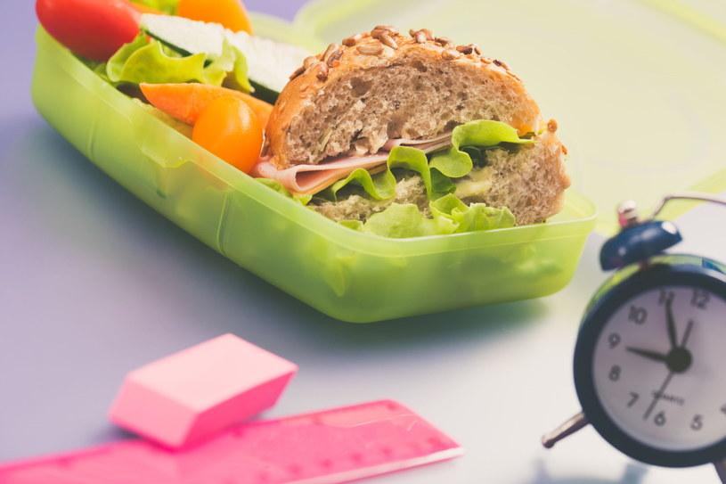 Warto wyrabiać zdrowe nawyki żywieniowe już od najmłodszych lat /123RF/PICSEL