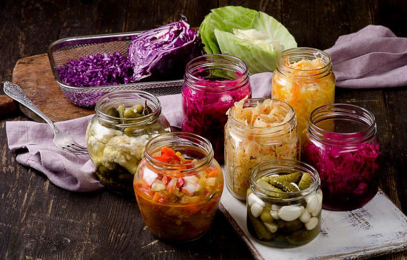 Warto wzbogacić menu o kiszonki, które pomogą utrzymać dobrą formę naturalnej flory jelitowej /123RF/PICSEL