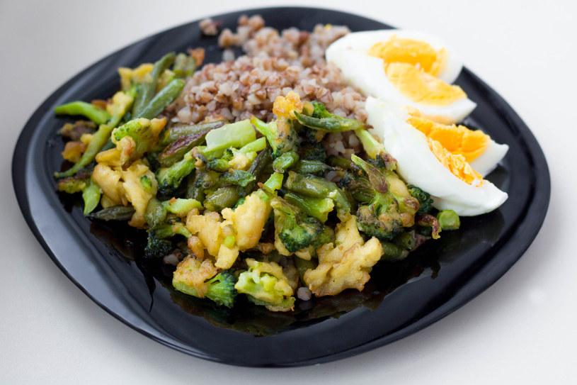 Wartościowym połączeniem będzie połączenie kaszy gryczanej z brokułami i pomidorami /123RF/PICSEL