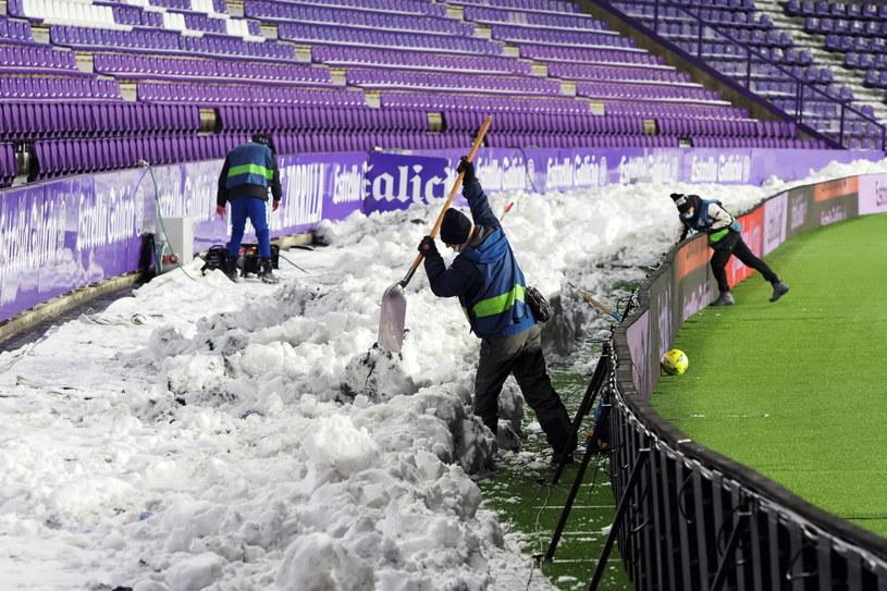 Warunki pogodowe uniemożliwiły podróż graczy Realu /EPA/R. Garcia /PAP/EPA
