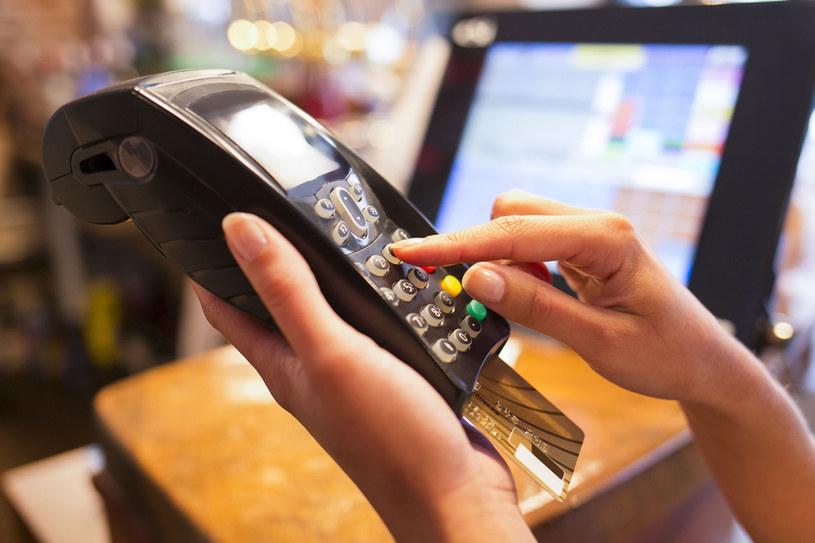 Warunkiem zwrotu towaru (kupionego zarówno przez internet, jak i w sklepie) jest przedstawienie dowodu zakupu, czyli paragonu, faktury, potwierdzenia płatności kartą lub wyciągu z rachunku bankowego /123RF/PICSEL