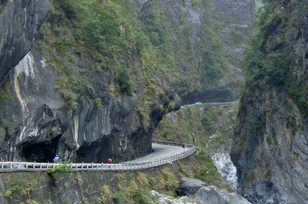 Wąska trasa biegnie przez 38 tuneli wydrążonych w marmurowej skale. Fot. Tom Cheng /