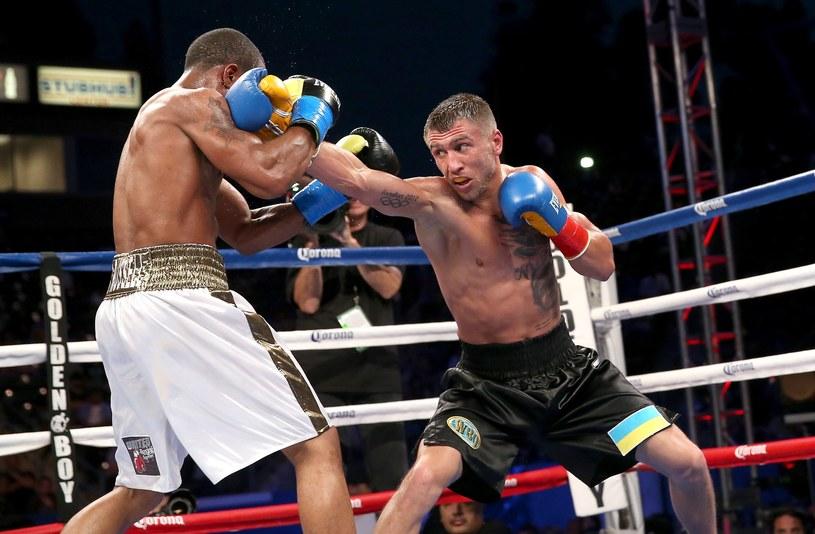 Wasyl Łomaczenko (z prawej) atakuje Gary'ego Russella Juniora /AFP
