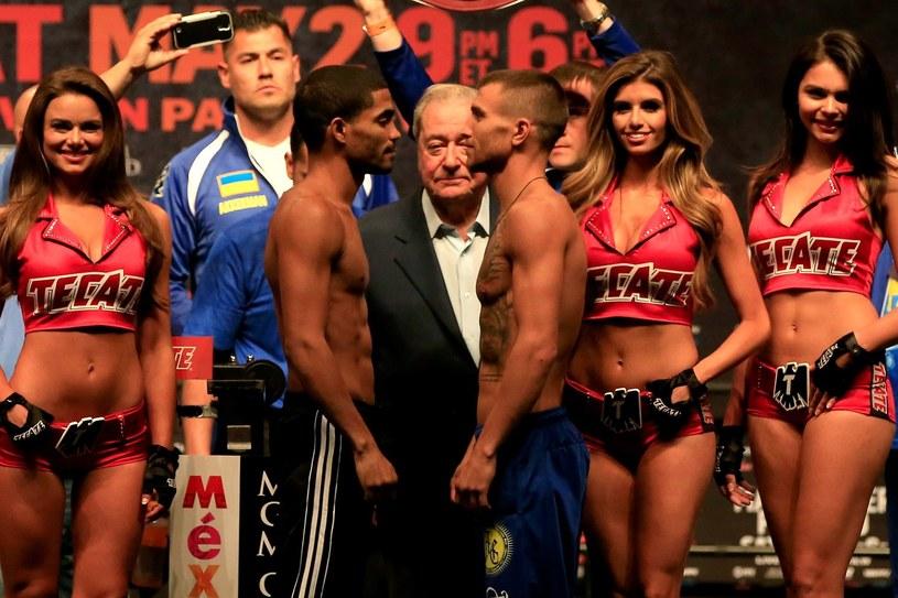Wasyl Łomanczenko (z prawej) przed walką z Gamalierem Rodriguezem. /AFP