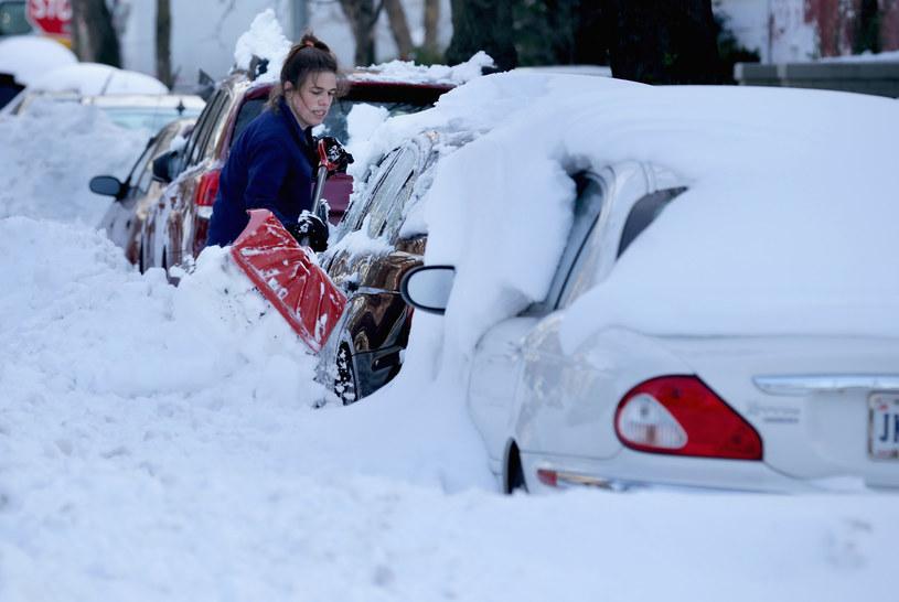 Waszyngton - kobieta odśnieża zasypany samochód / Zdj. ilustracyjne /AFP