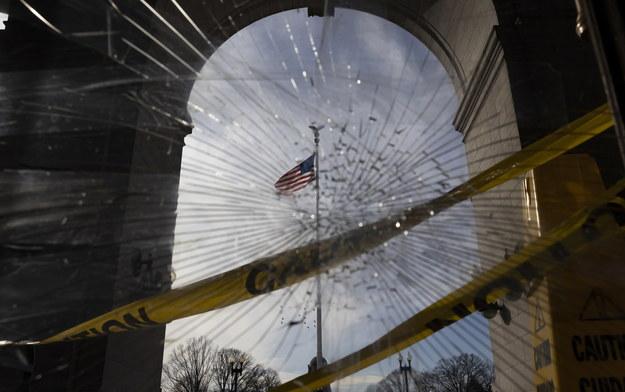 Waszyngton, zniszczenia przy Union Station nieopodal Kapitolu /JUSTIN LANE /PAP