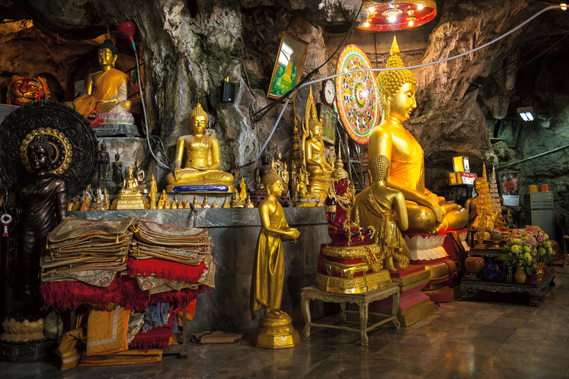 Wat Tham Suea, Świątynia Tygrysa. Według legendy mnich, który przychodził medytować w jaskini w sercu dżungli, spotkał tygrysa. Fakt, że nie został przez niego z miejsca pożarty, uznano za cud i upamiętniono budową świątyni /Grażyna Saniuk /Twój Styl