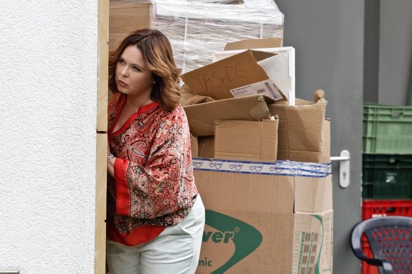 Wątpliwość goni wątpliwość, niepewność wzmaga podejrzliwość. Dochodzi do tego, że Laura śledzi Karola... /materiały prasowe