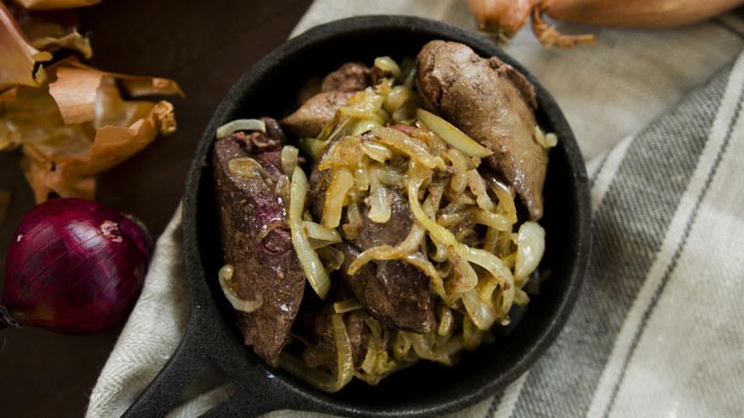 Wątróbka drobiowa z cebulą to tradycyjne polskie danie /INTERIA.PL