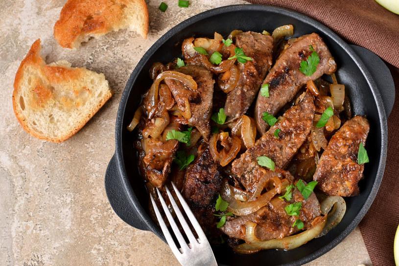 Wątróbkę podawaj z chlebem lub ziemniakami /123RF/PICSEL