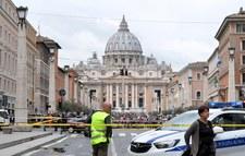 Watykan: Amerykanin przebrany za papieża rzucił się na policjantów