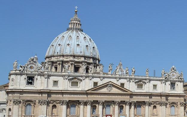 Watykan nie odniósł się do relacji mediów na temat kardynała Versaldiego /AFP
