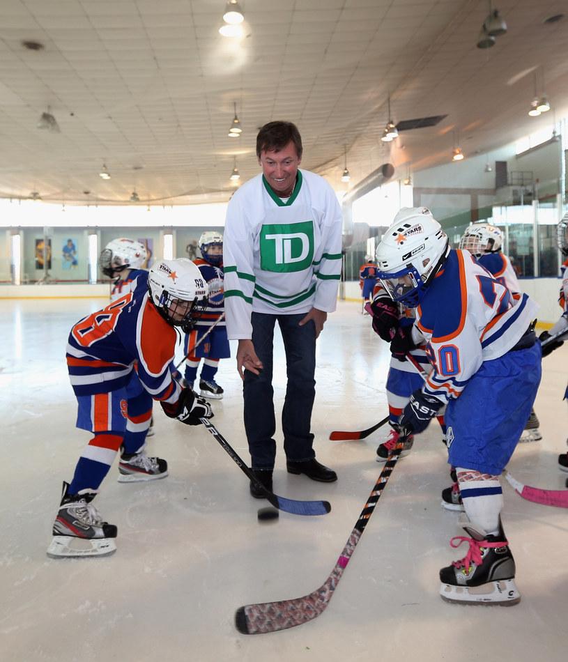 Wayne Gretzky popularyzuje hokej wśród maluchów. /AFP