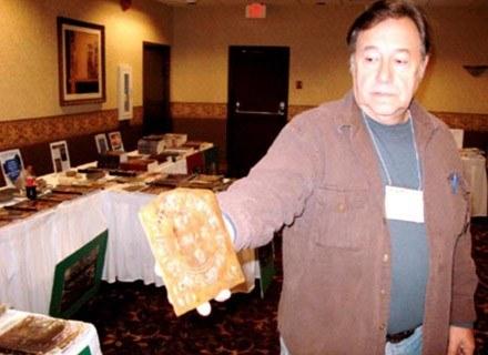 Wayne May z jedną z tajemniczych tabliczek odkrytych na terenach Michigan /MWMedia