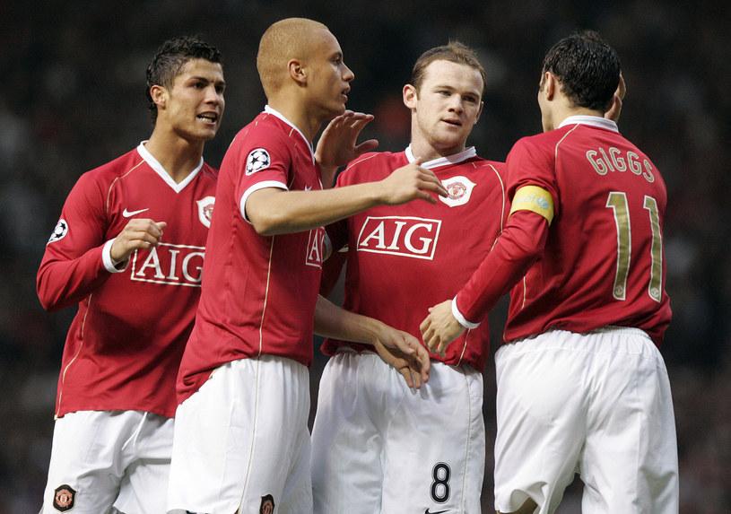 Wayne Rooney (2. z prawej) uważa, że to nie City, ale Manchester United z nim, Giggsem (1. z prawej) i Cristianem Ronaledm (1. L) był najlepszy w historii Premier League. /AFP