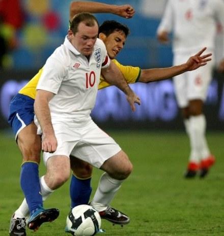 Wayne Rooney i strzelec gola dla Brazylii - Nilmar /AFP