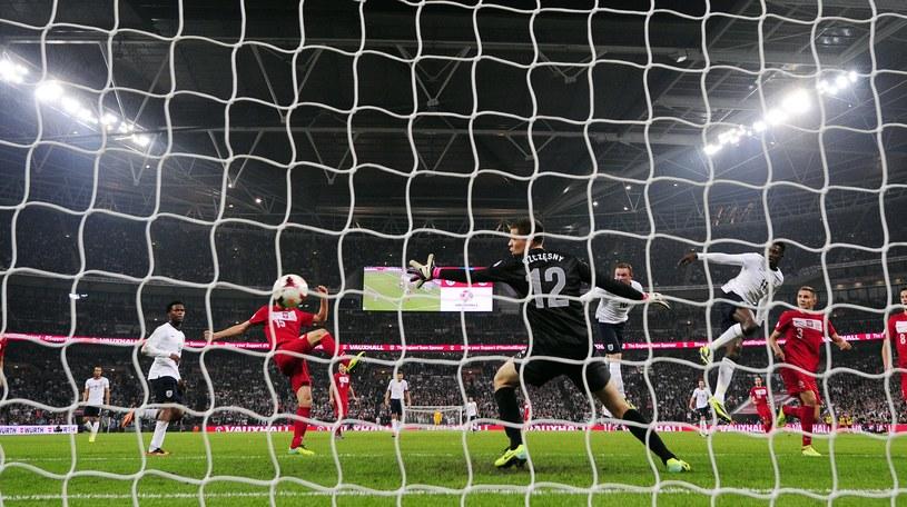 Wayne Rooney nie dał szans Wojciechowi Szczęsnemu. /AFP