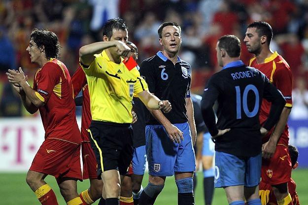 Wayne Rooney (nr 10) wyleciał z boiska w meczu z Czarnogórą /AFP