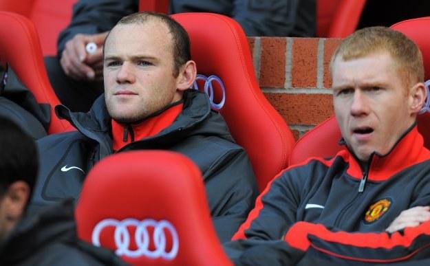 Wayne Rooney (pierwszy z lewej) na ławce rezerwowych MU /AFP