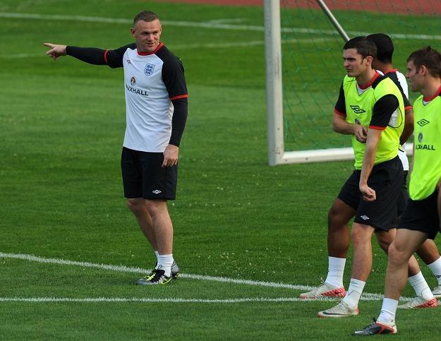 Wayne Rooney (pierwszy z lewej) potrafi już dyrygować kolegami /AFP