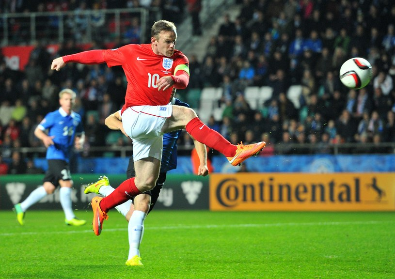 Wayne Rooney próbuje pokonać Siergieja Pareikę /AFP