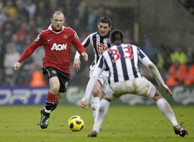 Wayne Rooney (przy piłce) w meczu z West Bromwich Albion /AFP