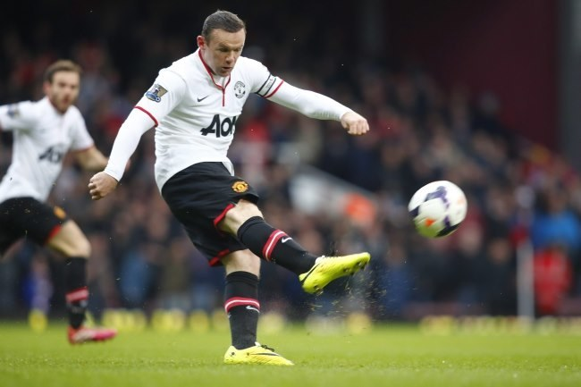 Wayne Rooney strzela gola z połowy boiska /AFP