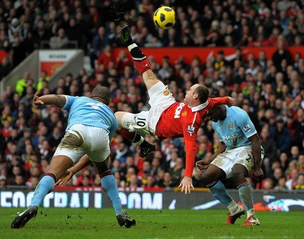 Wayne Rooney strzela z przewrotki gola Manchesterowi City. To może być gol roku. /AFP