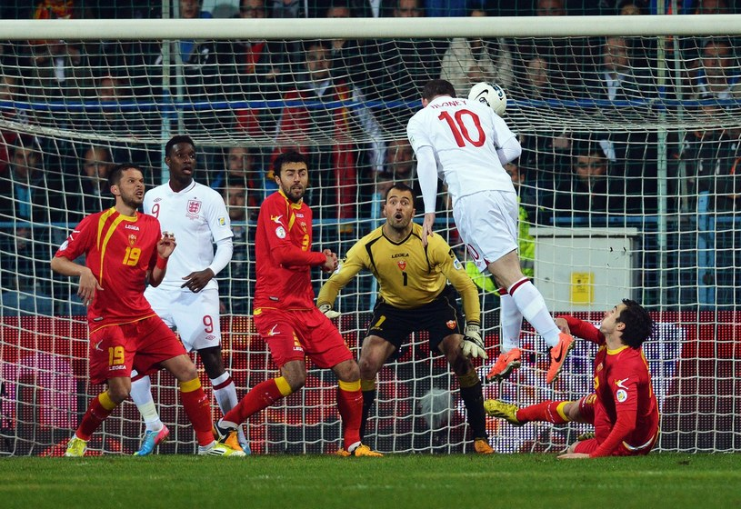 Wayne Rooney trafia do bramki Czarnogóry /AFP