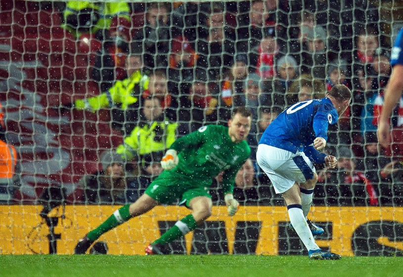 Wayne Rooney uderza z rzutu karnego /PAP/EPA
