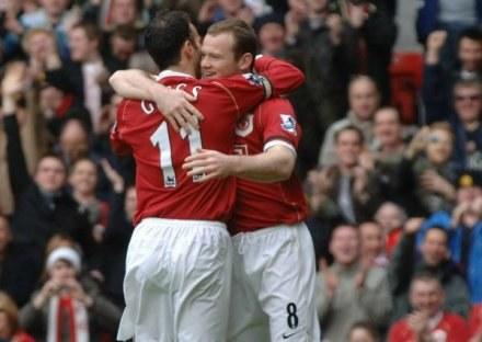 Wayne Rooney w objęciach Ryana Giggsa. ManU-Bolton 4:1 /AFP