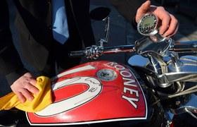 Wayne Rooney wsparł aukcję charytatywną projektując wykończenie motocykla