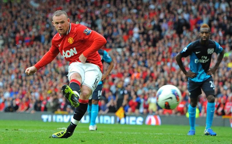 Wayne Rooney z Manchesteru United posyła piłkę do bramki Arsenalu /AFP