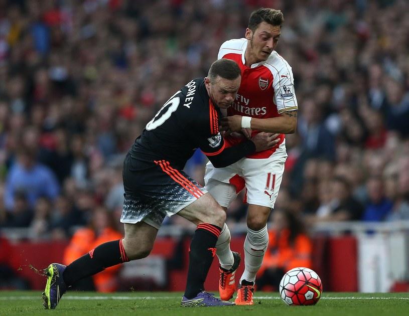 Wayne Rooney z Manchesteru United (z lewej) kontra Mesut Oezil z Arsenalu /AFP
